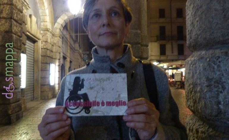 La pianista veronese Giuliana Corni testimone di accessibilità per dismappa davanti il Teatro Filarmonico