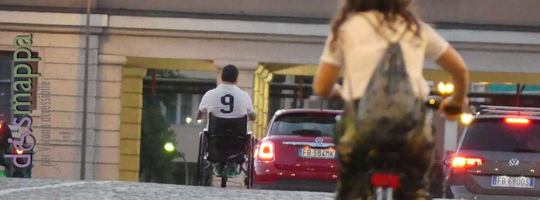 Bici, sedia a rotelle e automobili al Ponte della Vittoria di Verona