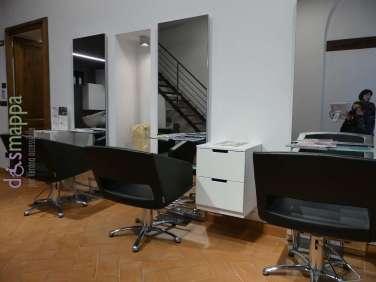 Aperto nell'estate del 2017 il negozio ha porta a battente senza scalini in entrata, e un unico ampio locale suddiviso in zona lavaggio, messa in piega e cassa. Nome negozio: Adara Hair Studio