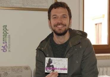 Il giornalista Marco Menini testimone di accessibilità Casa disMappa dopo la registrazione del servizio dedicato a disMappa e il Festival Non c'è differenza