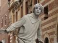 verona, mimo statua di gesso in piazza delle erbe