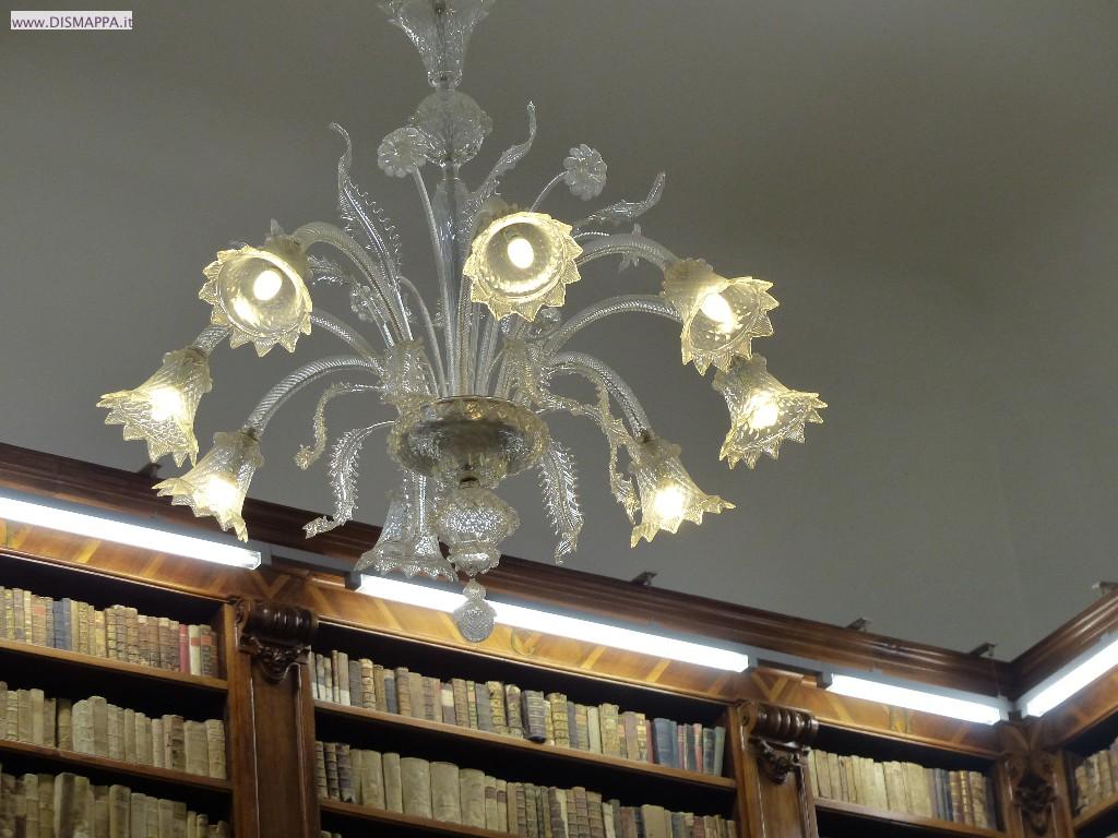 Il lampadario della Volumi antichi alla Biblioteca storica