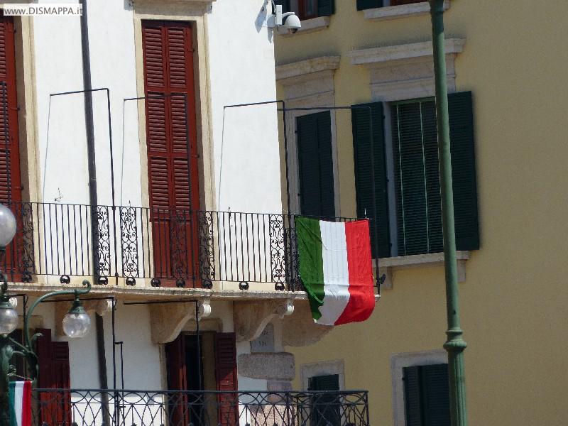 La bandiera sul balcone della Società letteraria di Verona