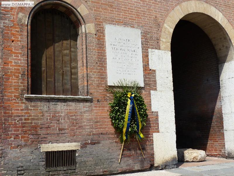 Corona commemorativa in Piazza Indipendenza