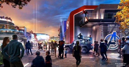 Avengers Campus in den Walt Disney Studios in Paris mit Spider-Man rechts, Pym's Test Kitchen links und dem Iron Man Rollercoaster ganz hinten