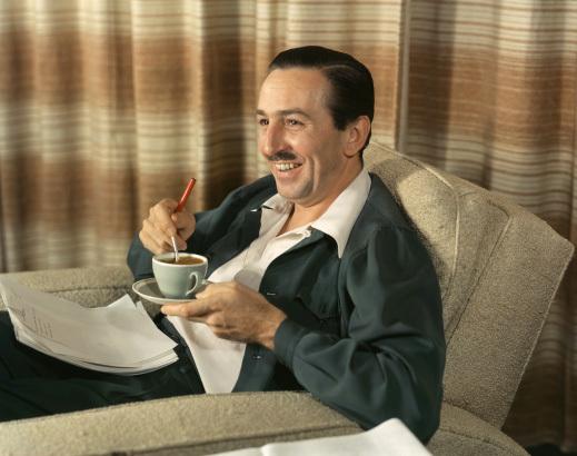 Walt Disney und eine Tasse Kaffee (die im Disneyland seiner Ansicht nach nicht mehr als 10 Cent kosten sollte) © Disney