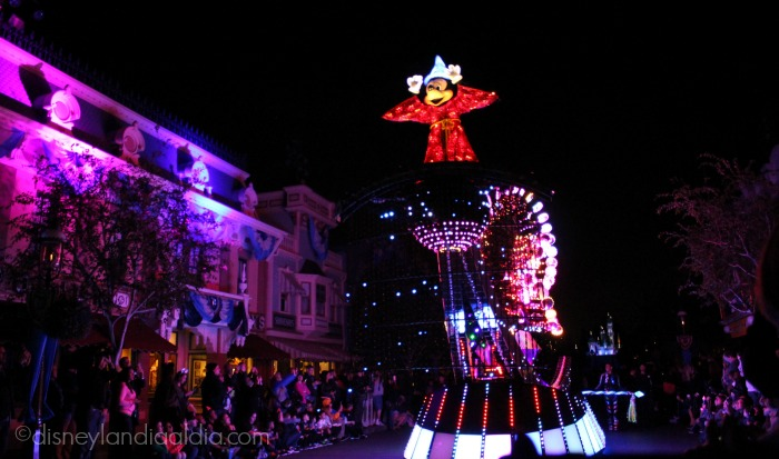 "Carroza de Mickey Mouse en el desfile ""Paint the Night"" - old.disneylandiaaldia.com"