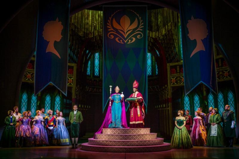 Escena de la Coronación de Elsa en Frozen - Live at the Hyperion - disneylandiaaldia.com