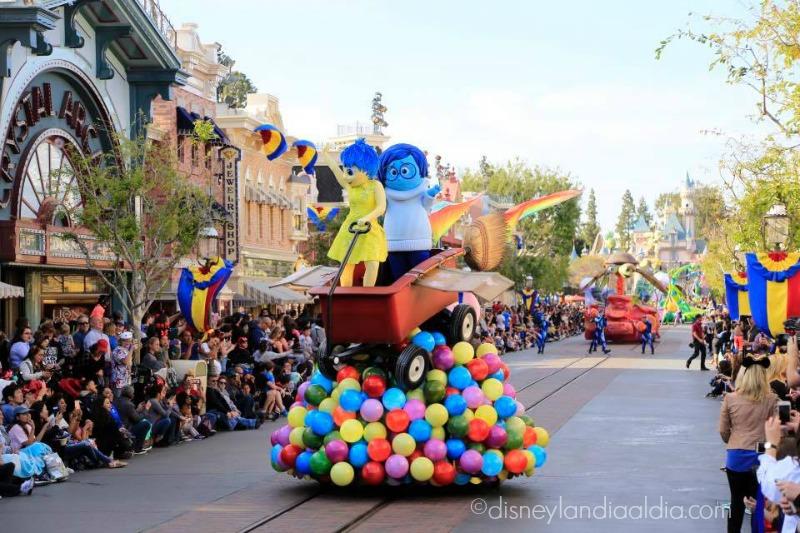 Carro alegórico de Intensa Mente del desfile Pixar Play Parade