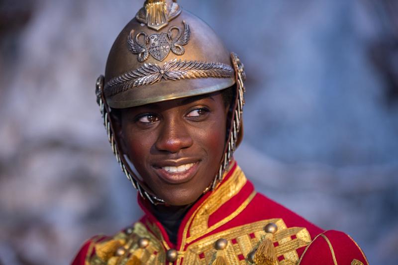 Jaden Fowara-Knight como el soldado en el Cascanueces y los Cuatro Reinos