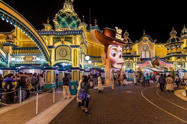 toyville-trolley-park-alive-night-tokyo-disneysea
