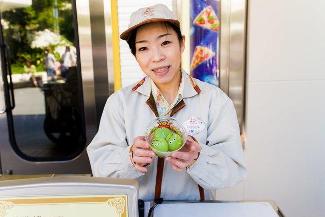 tokyo-disneyland-cast-tomorrowland-aliens-dessert