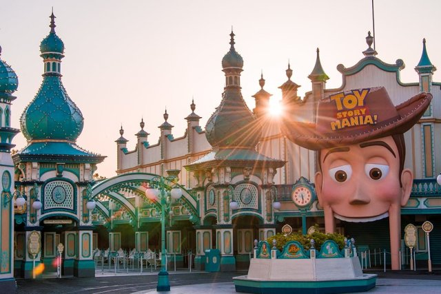 toy-story-mania-entrance-sunrise-sunburst