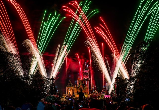 believe-holiday-magic-fireworks-disneyland-4