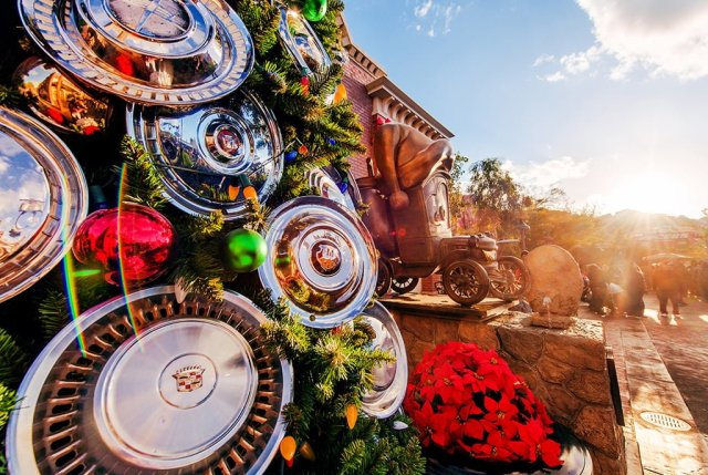 cars-land-christmas-tree-hubcap-detail-sun