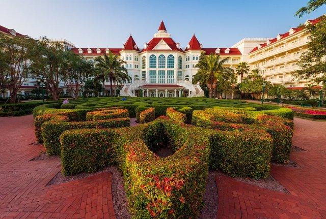 hong-kong-disneyland-hotel-maze