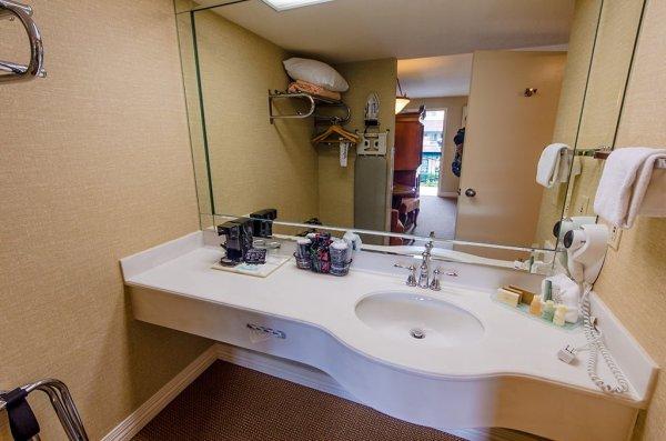 candy-cane-inn-disneyland-good-neighbor-hotel-bathroom