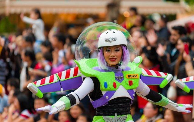 buzz-lightyear-dancer-hong-kong-disneyland-parade