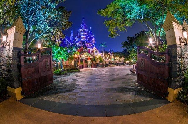 mystic-manor-gates-hong-kong-disneyland-night