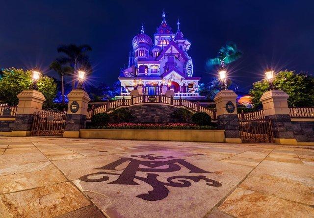 mystic-manor-ground-logo-night-hong-kong-disneyland