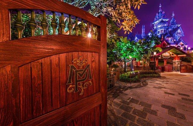 mystic-manor-hong-kong-disneyland-gate-night
