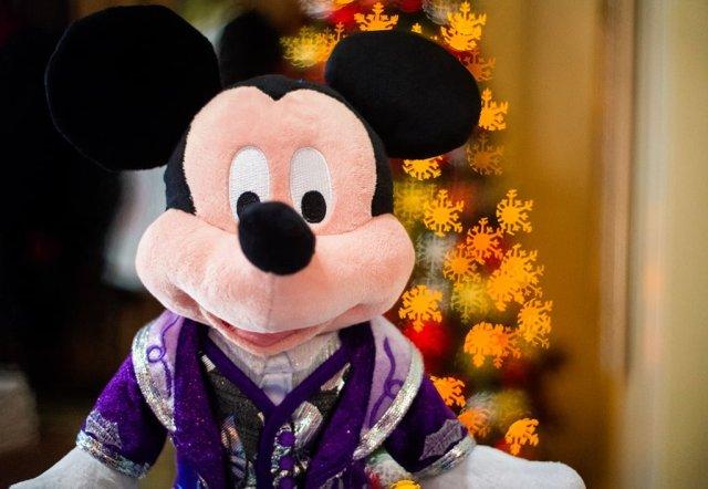 christmas-mickey-plush-snowflake-bokeh-hong-kong-disneyland