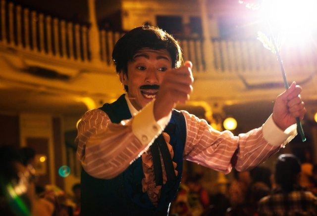 diamond-horseshoe-mickey-company-tokyo-disneyland-performer-light