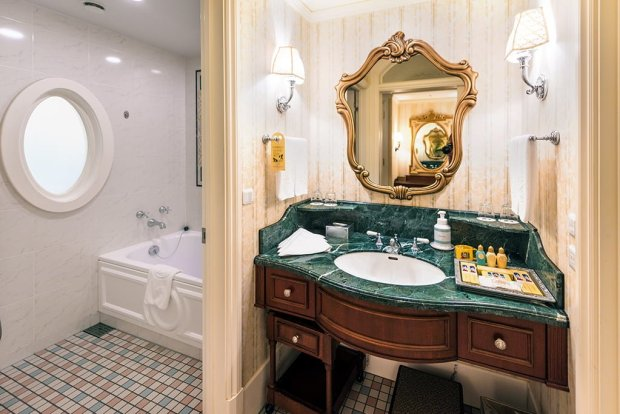 tokyo-disneyland-hotel-bath-tub-shower