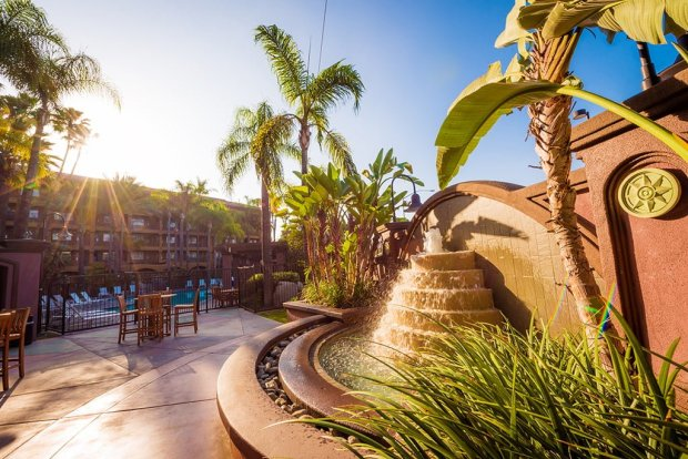 hotel-menage-disneyland-good-neighbor-hotel-fountain