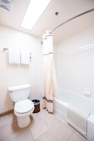 bathroom-castle-inn-suites-anaheim
