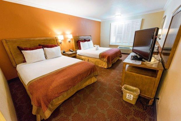 desert-palms-hotel-bedroom-disneyland-anaheim
