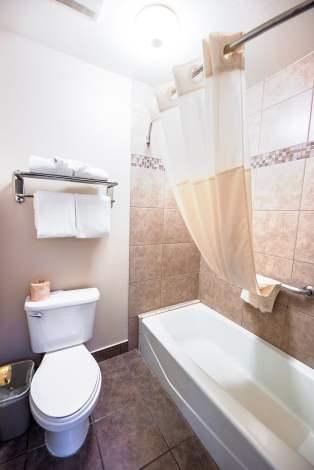 stanford-inn-suites-anaheim-disneyland-bathroom