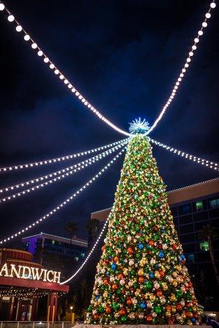 disneyland-hotels-christmas-decorations-017