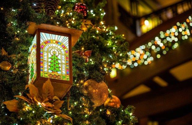 disneyland-hotels-christmas-decorations-019