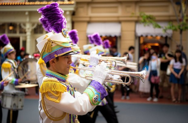 tokyo-disneyland-marching-band-line-compressed