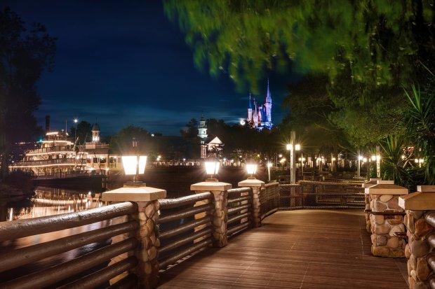 frontierland-walkway-castle-full-moon-mark-twain