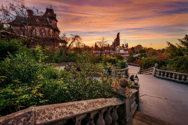 phantom-manor-river-boat-sunset-disneyland-paris
