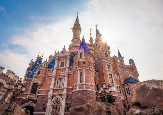 sunburst-enchanted-storybook-castle-tight-crop-shanghai-disneyland-bricker