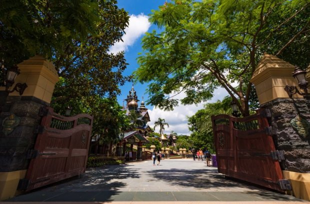 mystic-point-gates-mystic-manor-day-hkdl