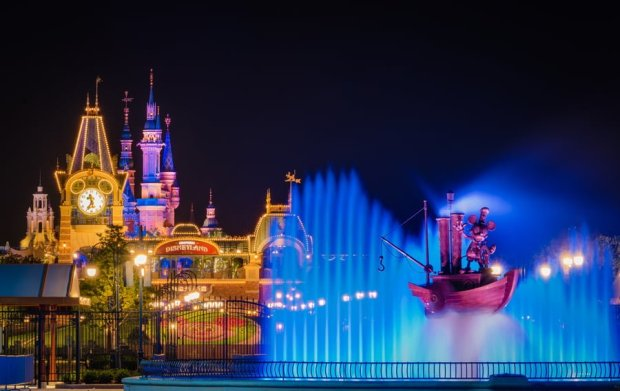 steamboat-willie-fountain-compressed-night-shanghai-disneyland