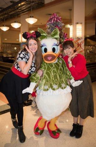 minnies-holiday-dine-hollywood-vine-character-meal-walt-disney-world-sarah-bricker-daisy