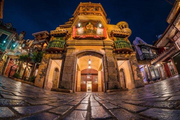 barbossas-bounty-shanghai-disneyland-restaurant-exterior-night-bricker