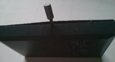 Voici la tranche par laquelle insérer le tournevis plat, délicatement