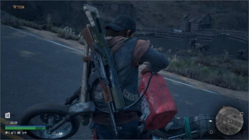 Deacon rempli le réservoir de sa moto avec de l'essence