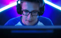 Joueur - gamer portant des lunettes gaming