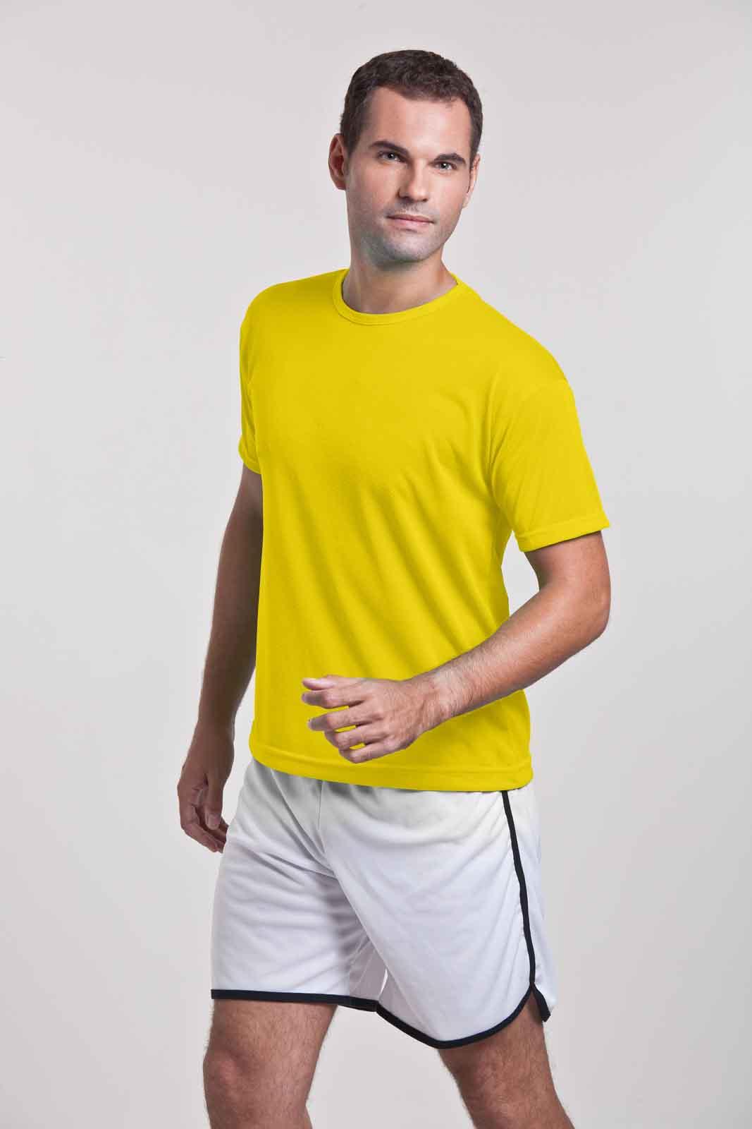 Homem vestindo camiseta helanca