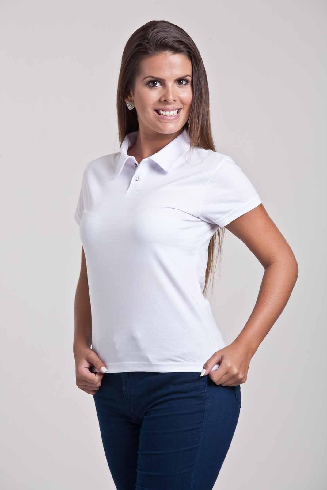 Mulher vestindo camiseta polo