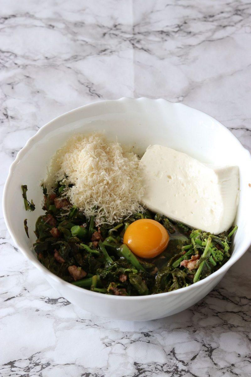 torta salata con salsiccia e cime di rapa uovo