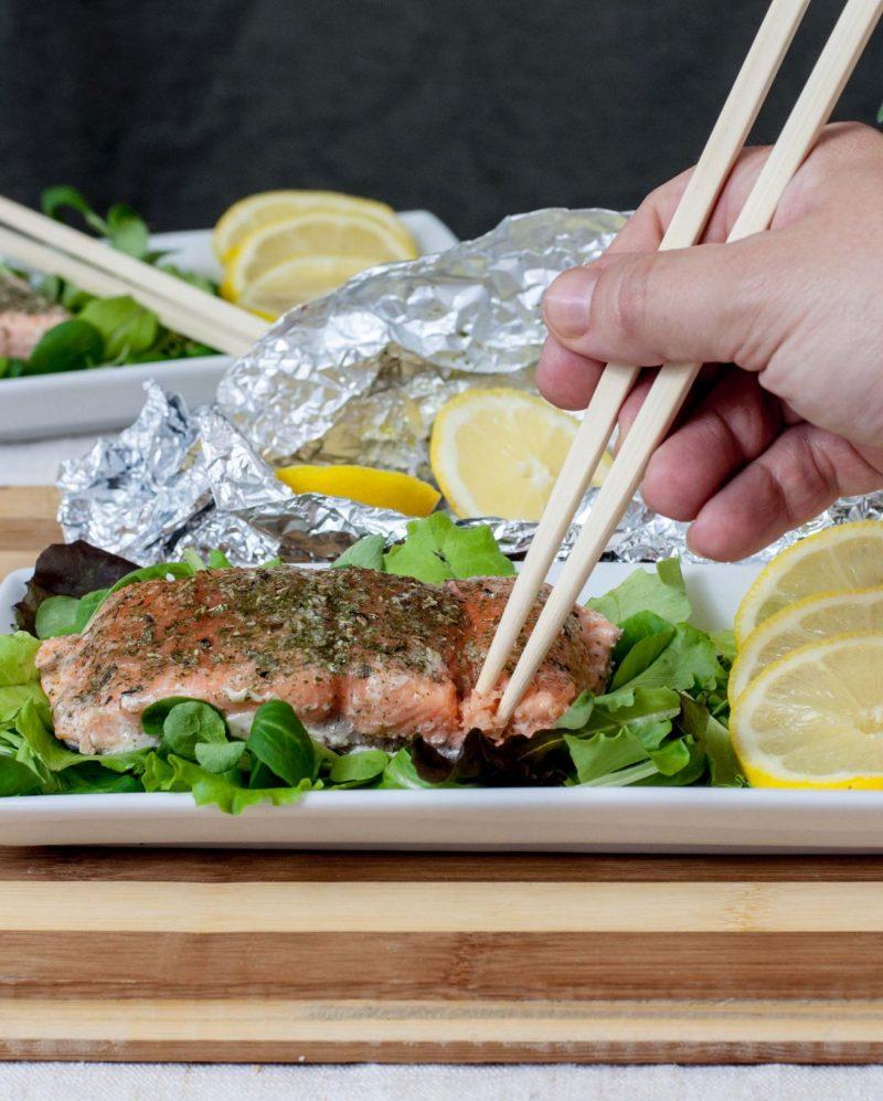 filetto di salmone al cartoccio con erbe aromatiche piatto