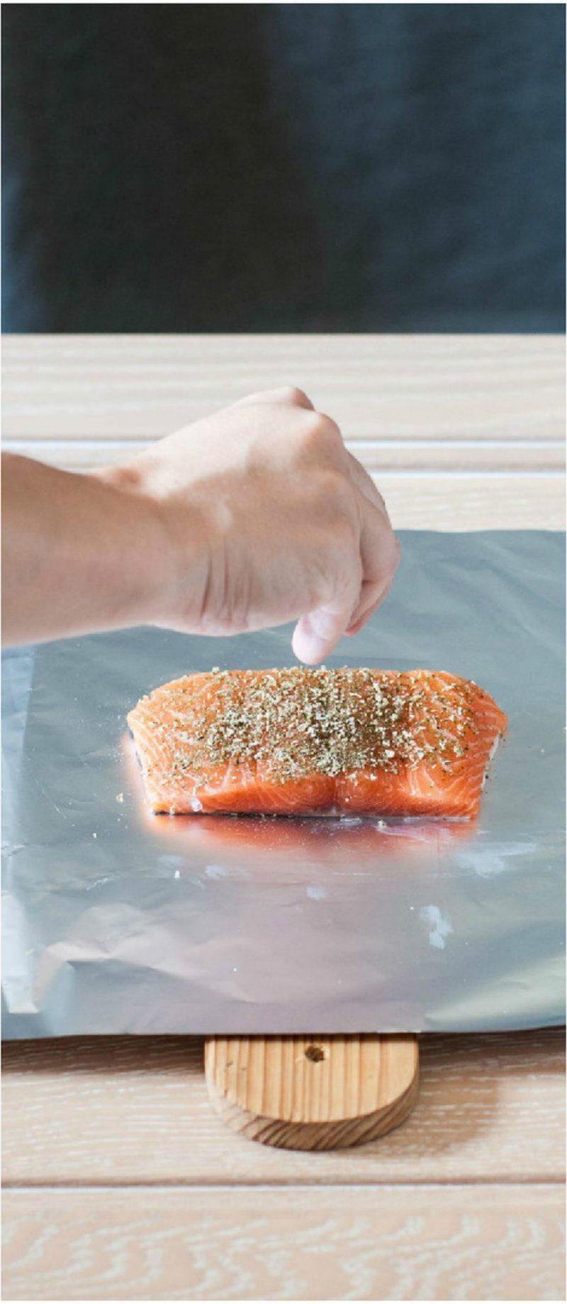 filetto di salmone al cartoccio con erbe aromatiche spezie